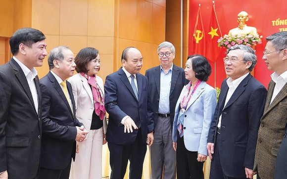 Thủ tướng Nguyễn Xuân Phúc gặp gỡ các đại biểu dự hội nghị. Ảnh: VIẾT CHUNG