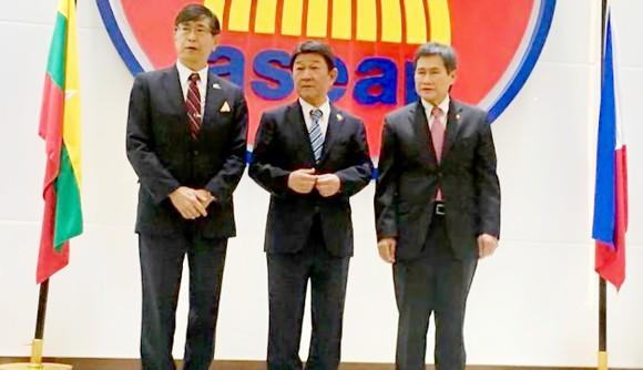 Ngoại trưởng Nhật Bản Toshimitsu Motegi (giữa) cùng Tổng thư ký ASEAN Dato Lim Jock Hoi (phải) và Đại sứ Nhật Bản tại ASEAN Chiba Akira
