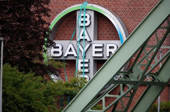 Logo của Bayer AG  bên ngoài một nhà máy của nhà sản xuất dược phẩm và hóa chất Đức, ngày 9 tháng 8 năm 2019. Ảnh: REUTERS