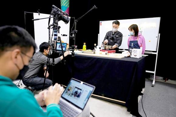 Một buổi ghi hình kênh dạy nấu ăn trực tuyến