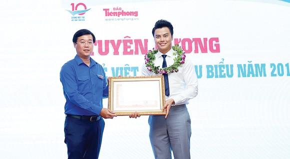 Bí Thư thứ nhất Trung ương Đoàn Lê Quốc Phong trao Bằng khen của Thủ tướng Chính phủ cho nghệ sĩ Võ Minh Lâm. Ảnh: TTXVN