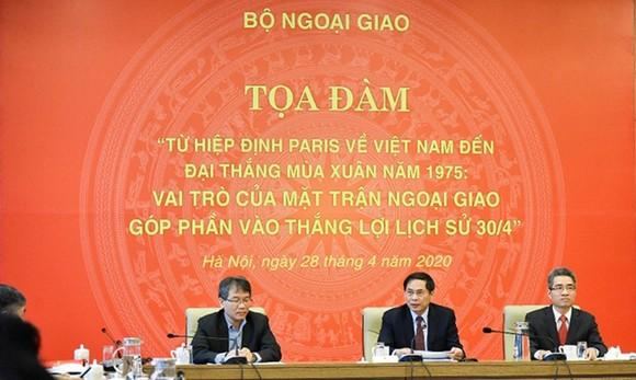 """Tọa đàm """"Từ Hiệp định Paris về Việt Nam đến đại thắng Mùa Xuân năm 1975: Vai trò của Mặt trận ngoại giao góp phần vào thắng lợi lịch sử 30-4"""". Ảnh: dangcongsan.vn"""