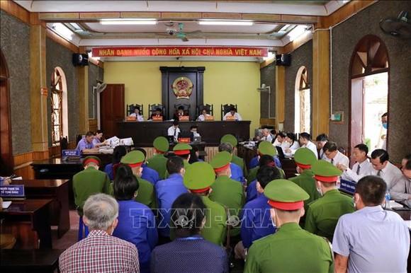 Phiên tòa sơ thẩm xét xử 12 bị cáo trong vụ án gian lận điểm thi THPT quốc gia năm 2018 xảy ra tại tỉnh Sơn La. Ảnh: TTXVN