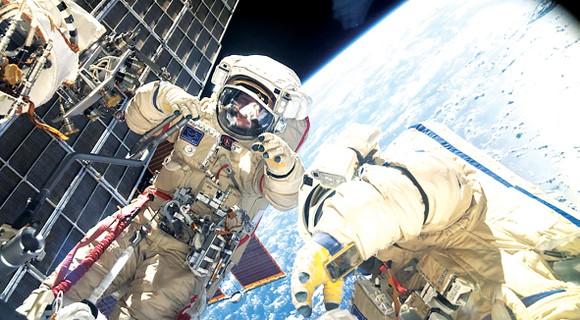 Hai phi hành gia người Nga thực hiện chuyến đi bộ ngoài không gian đầu tiên trên Trạm ISS. Ảnh: NASA