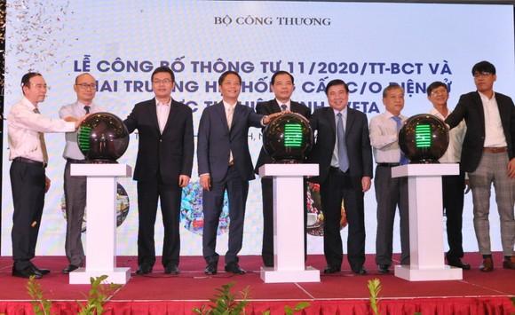 Lãnh đạo TPHCM, Bộ Công thương và Bộ NN-PTNT nhấn nút khai trương Hệ thống cấp giấy chứng nhận xuất xứ điện tử theo Hiệp định EVFTA. Ảnh: TTXVN