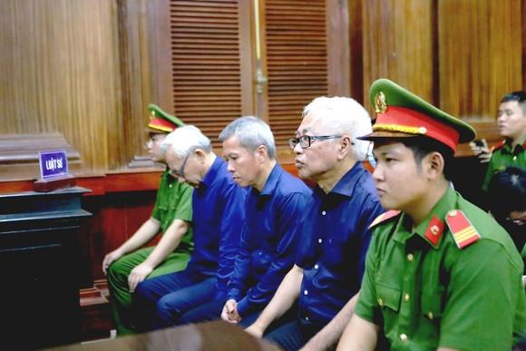 Bị cáo Trần Phương Bình (thứ 2 từ phải qua)