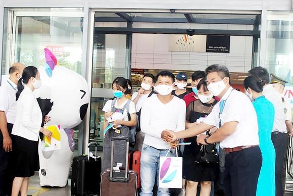 Đại diện Sở Du lịch TP Đà Nẵng tặng quà đoàn khách đầu tiên trở lại thành phố