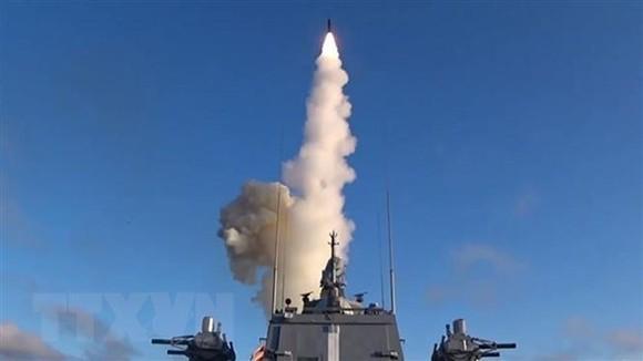 Tên lửa hành trình siêu thanh Tsirkon của Nga được phóng từ tàu Đô đốc Gorshkov ở Biển Barent. Ảnh: TASS/TTXVN
