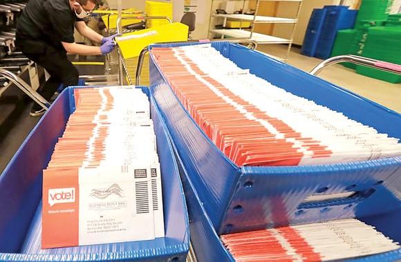 Các lá phiếu bầu cử qua thư ở Mỹ đang chờ được phân loại và chuyển đi. Ảnh: AP