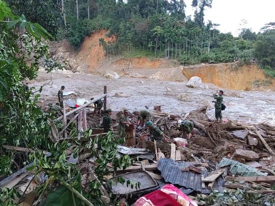 Lực lượng chức năng tìm kiếm người bị vùi lấp trong vụ sạt lở tại xã Trà Leng