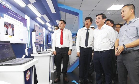 Chủ tịch UBND TPHCM Nguyễn Thành Phong thăm Không gian sáng tạo và trải nghiệm chuyển đổi số TPHCM. Ảnh: HOÀNG HÙNG