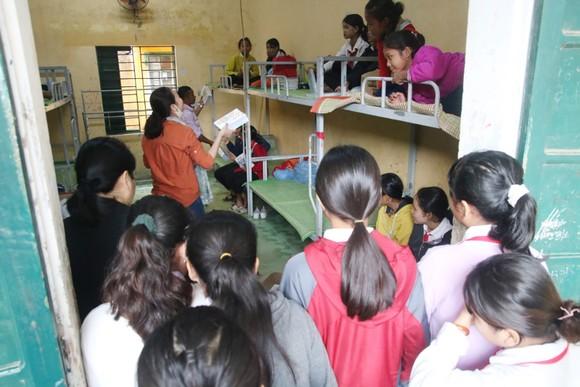 Học sinh Trường THCS liên xã Cà Dy - Tà Bhing nhận sách vở mới. Ảnh: NGUYỄN CƯỜNG