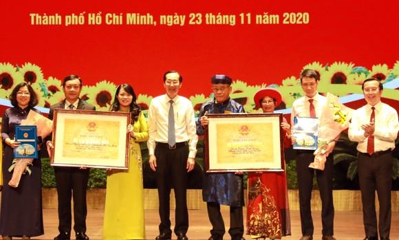 Đại diện Bộ VH-TT-DL trao bằng xếp hạng Di tích Kiến trúc nghệ thuật cấp quốc gia cho trụ sở UBND TPHCM và đình thần Linh Đông, quận Thủ Đức