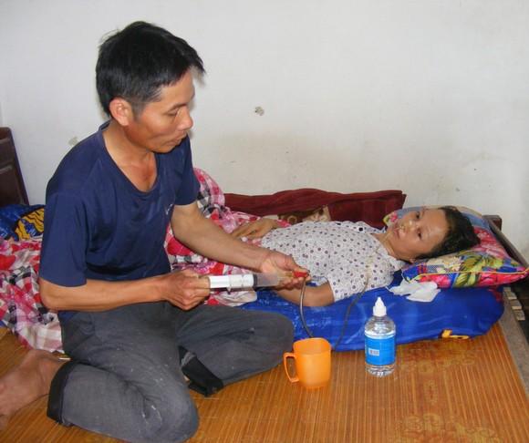 Anh Thủy không thể đi làm xa, chỉ quanh quẩn làm thuê trong làng, trong xã để còn chăm sóc vợ