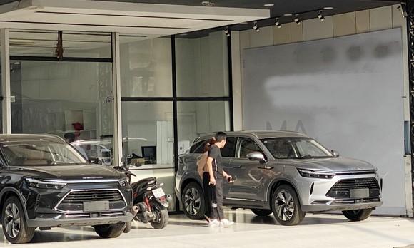 Chọn mua ô tô Trung Quốc tại cửa hàng ở xã Bình Hưng, huyện Bình Chánh, TPHCM. Ảnh: CAO THĂNG