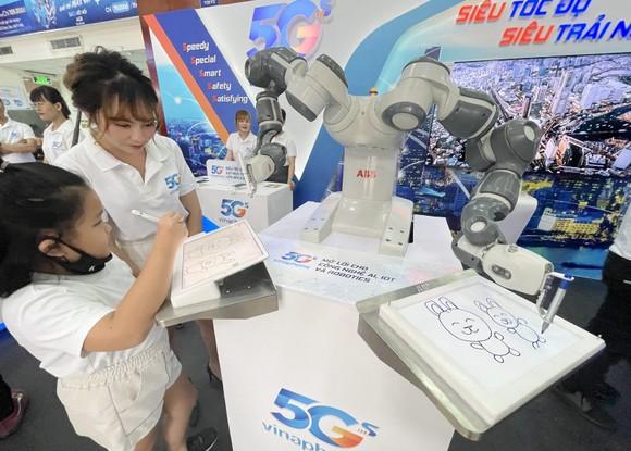 Trình diễn cánh tay robot qua 5G. Ảnh: T.Ba
