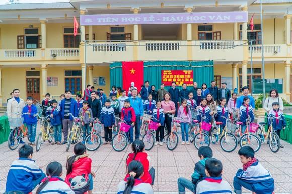 Hội sinh viên Trường Cao đẳng kỹ thuật công nghiệp Việt Nam – Hàn Quốc tặng xe đạp cho học sinh Trường THCS Tam Đình (Tương Dương, Nghệ An)