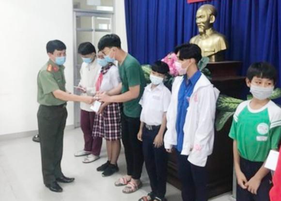 Tặng học bổng cho con em gia đình chính sách tại TPHCM
