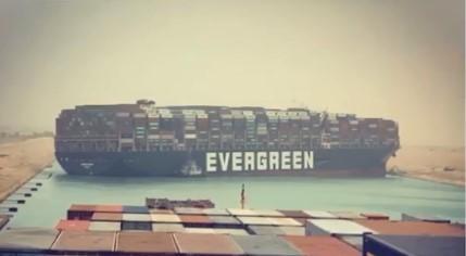 Tàu hàng MV Ever Given khổng lồ nằm chắn ngang khiến kênh đào Suez bị tê liệt