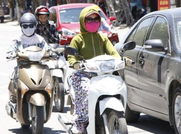 Các chuyên gia y tế khuyến cáo người dân cần phòng tránh tác hại của tia UV bằng cách mặc quần áo dài tay tối màu, có khả năng chống nắng, đội mũ rộng vành để che mặt, cổ và tai...