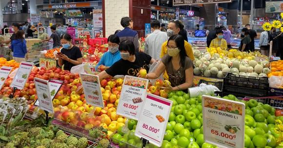 Người tiêu dùng chọn mua trái cây tại một siêu thị ở TPHCM. Ảnh: CAO THĂNG