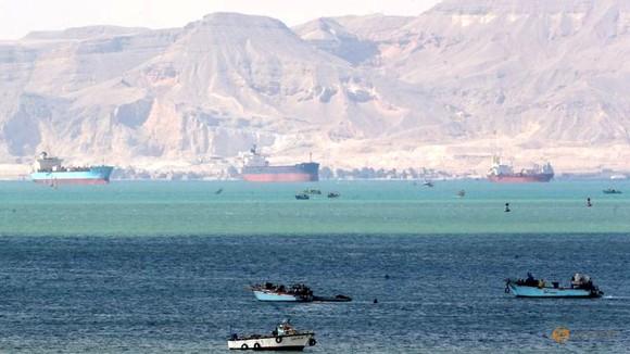 422 con tàu sẵn sàng chờ đợi và không muốn thay đổi lộ trình. Ảnh: Reuters