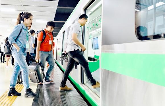Hành khách thử nghiệm tuyến đường sắt đô thị Cát Linh - Hà Đông tại ga Cát Linh