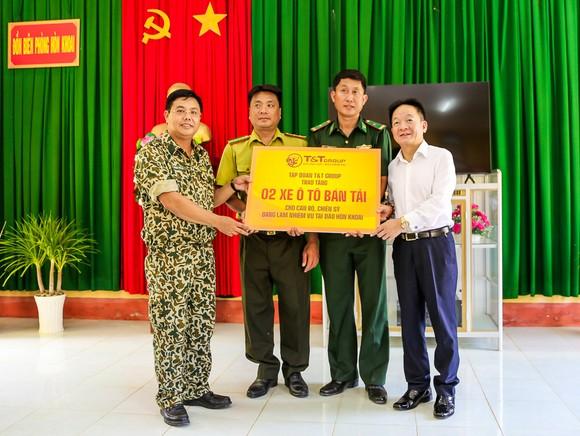 Lãnh đạo tỉnh Cà Mau và T&T Group thăm và tặng quà cán bộ chiến sĩ làm nhiệm vụ trên đảo Hòn Khoai ảnh 1