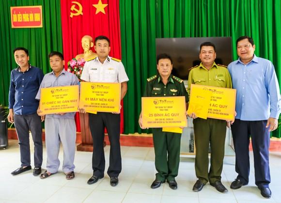 Lãnh đạo tỉnh Cà Mau và T&T Group thăm và tặng quà cán bộ chiến sĩ làm nhiệm vụ trên đảo Hòn Khoai ảnh 2