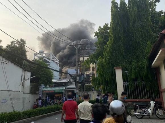 Ngọn lửa bùng cháy kèm khói đen bốc cao trong vụ hỏa hoạn làm 8 người chết ở quận 11, TPHCM. Ảnh: C.T.
