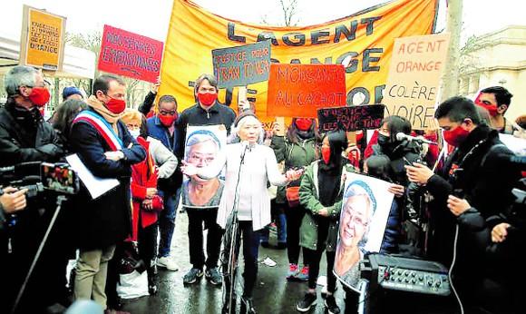 Bà Trần Tố Nga phát biểu trước những người ủng hộ vụ kiện ở Paris tháng 1-2021