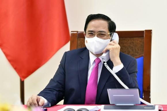 Thủ tướng Chính phủ Phạm Minh Chính điện đàm với Thủ tướng Nhật Bản Suga Yoshihide - Ảnh: VGP