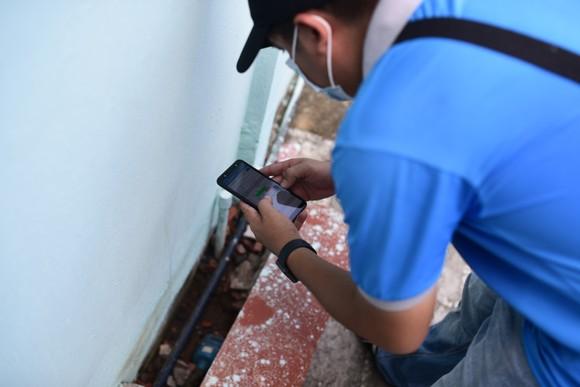 Nhân viên Cấp nước Thủ Đức thực hiện ghi chỉ số nước trên thiết bị điện thoại