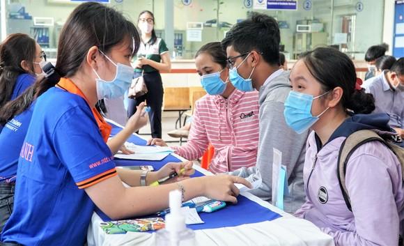 Thí sinh nộp hồ sơ xét tuyển bằng học bạ THPT năm 2021 tại Trường ĐH Nguyễn Tất Thành