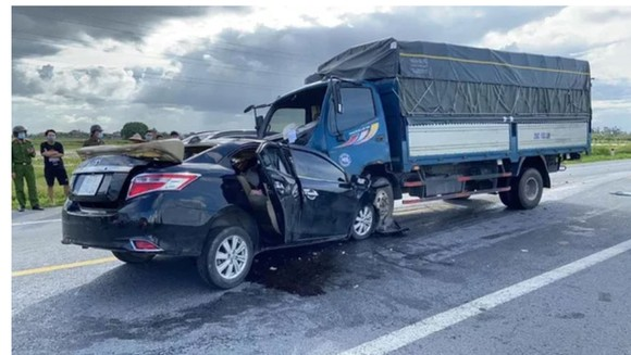 Hai ôtô tông trực diện khiến 3 người tử vong tại Hưng Yên ảnh 1