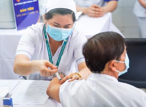Tiêm vaccine ngừa Covid-19 cho nhân viên y tế Bệnh viện Bệnh Nhiệt đới TPHCM