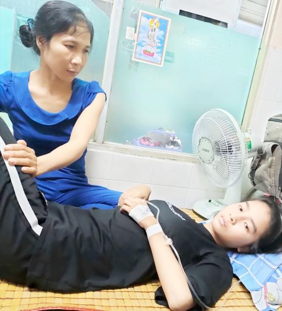 Đã hơn 5 năm, cháu Bùi Quỳnh Hân phải chống chọi với bệnh ung thư máu