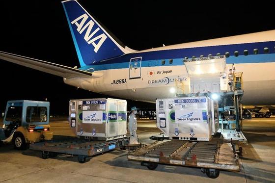 Lô vaccine Covid-19 với số lượng gần 1 triệu liều của Nhật Bản hỗ trợ Việt Nam về đến Sân bay Nội Bài tối 16-6