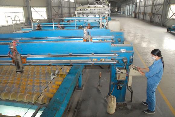 Sản xuất kính xây dựng tại một doanh nghiệp ở tỉnh Bình Dương. Ảnh: CAO THĂNG