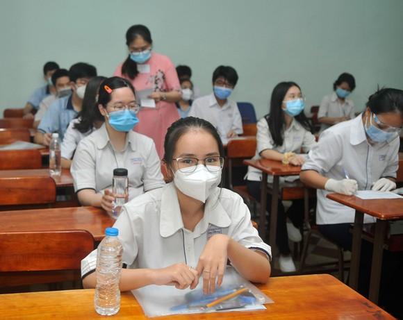 Thí sinh tại điểm thi Trường THPT chuyên Lê Hồng Phong trước giờ thi môn Ngữ văn. Ảnh: CAO THĂNG