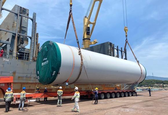 Bốc dỡ hàng hóa tại một cầu tàu ở cảng Vũng Áng, Hà Tĩnh. Ảnh: MINH PHONG