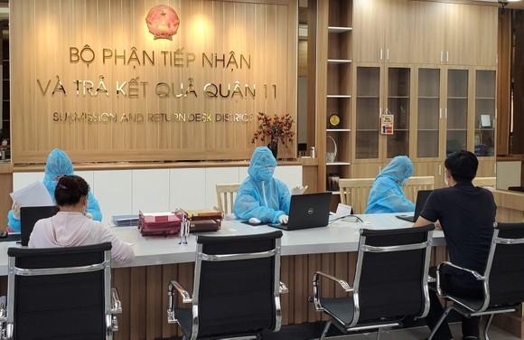 Công chức bộ phận tiếp nhận và trả kết quả của UBND quận 11, TPHCM giải quyết hồ sơ cho người dân