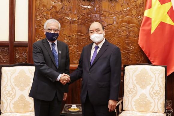 Chủ tịch nước Nguyễn Xuân Phúc tiếp ông Kamal Malhotra, Điều phối viên thường trú LHQ tại Việt Nam, đến chào từ biệt trước khi kết thúc nhiệm kỳ công tác. Ảnh: VGP