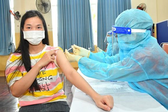 Người dân huyện Hóc Môn tiêm Vắc xin. Ảnh: VIỆT DŨNG