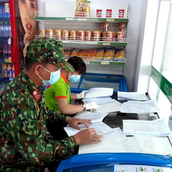 Lực lượng đi chợ hộ cùng nhân viên Satrafoods lọc các đơn hàng – chuẩn bị soạn hàng. Ảnh: SATRA