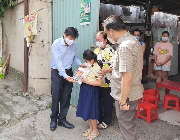 Tặng sách vở và thiết bị học online cho học sinh nghèo quận Phú Nhuận ảnh 2