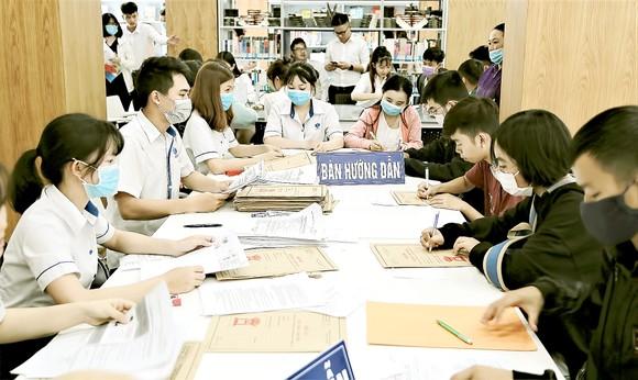 Sinh viên làm thủ tục xét học bổng, giảm học phí ở Trường ĐH Công nghiệp Thực phẩm TPHCM trong năm học 2020-2021