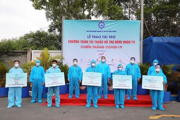 Hiệp hội Doanh nghiệp TPHCM trao 10.000 túi thuốc đến F0 là công nhân, lao động nghèo, người bệnh khó khăn trên địa bàn thành phố