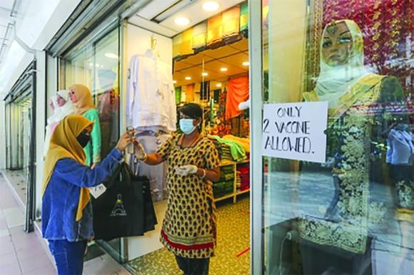 Cửa hàng ở Kuala Lumpur, Malaysia chỉ phục vụ khách tiêm đủ liều vaccine