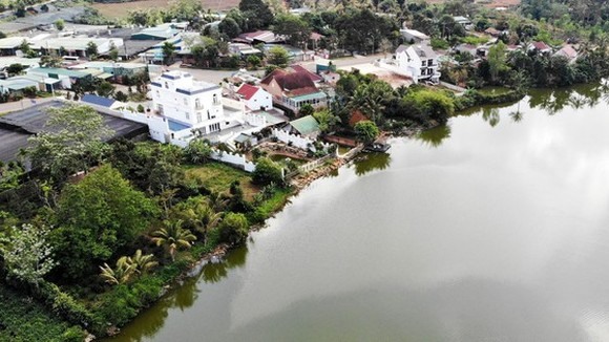 Biệt thự không phép bên hồ Nam Phương nhìn từ phía sau